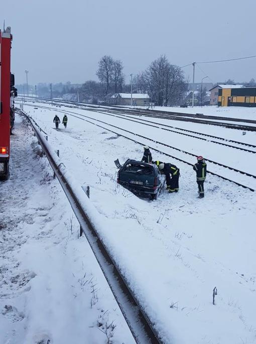 """""""Opel"""" nukrito ant stogo šalia geležinkelio bėgių"""