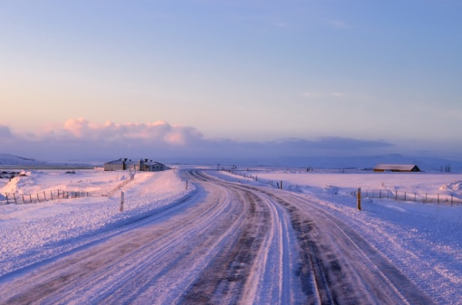 Kelininkai įspėja - kai kurie šalies keliai padengti privažinėtu sniegu, slidūs