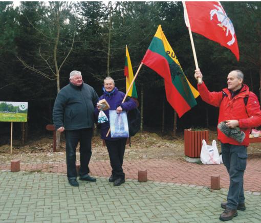 """Žygio """"100 km Lietuvos 100-mečiui"""" dalyviai Europos miške buvo vaišinami ir šerniena"""