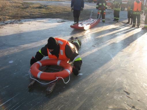 Pagėgių ugniagesiai gelbėtojai praktikavosi gelbėti žmones įlūžus ledui