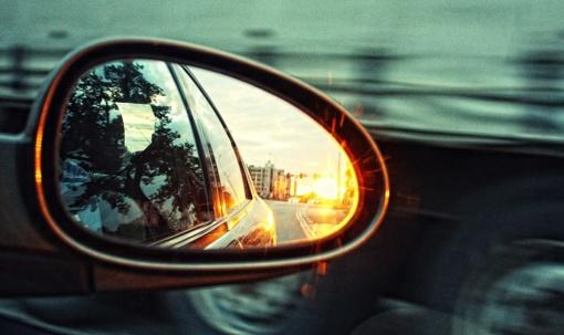 Gumbinės gatvėje stovėję automobiliai liko be veidrodėlių