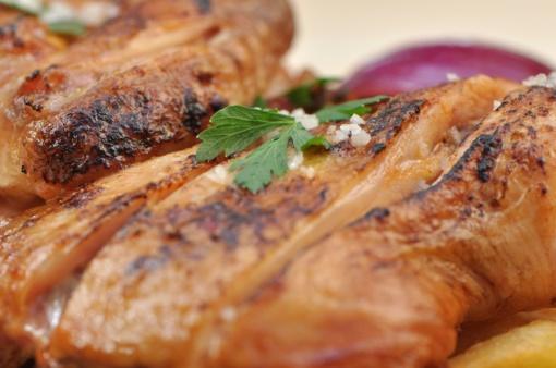 Džiovintomis slyvomis įdarytos vištienos krūtinėlės
