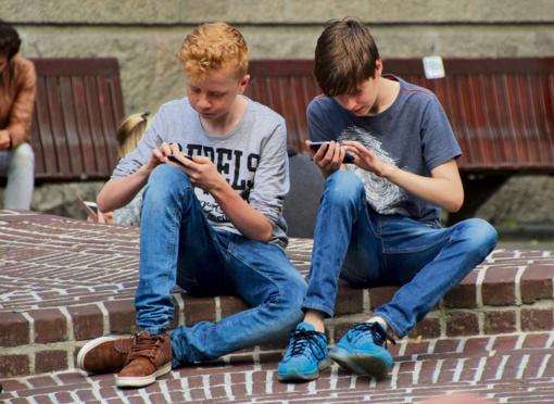 Nuo išmaniųjų telefonų priklausomi paaugliai yra nelaimingi