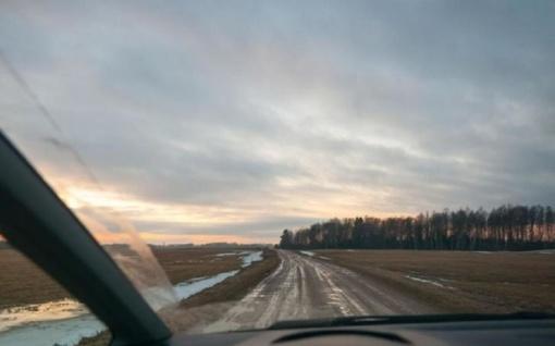 Lietuvoje pagrindinių kelių dangos daugiausia drėgnos, vietomis yra šlapių kelių ruožų