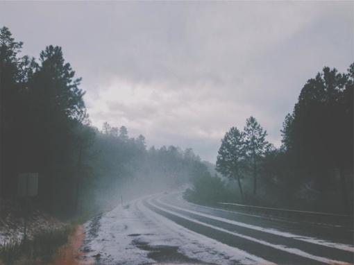 Kelininkai įspėja vairuotojus būti labai atidžius - eismo sąlygas sunkina plikledis