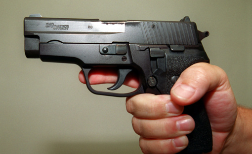 Tėvui gali tekti atsakyti už tai, kad sūnus grasino iš jo pasisavintu ginklu
