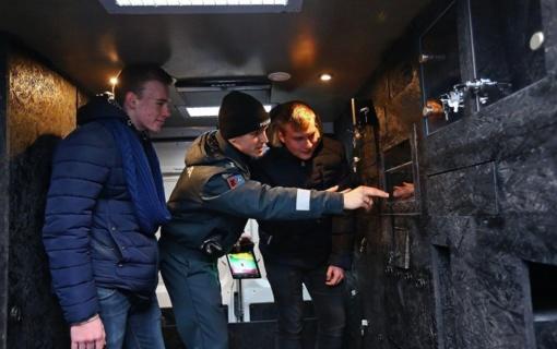 """Šiaulių Policijos Bendruomenės Pareigūnai sugalvojo naują pramogą - """"Paslapčių kambarį"""" ant ratų"""