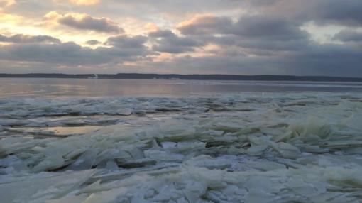 Gyventojai nepaiso įspėjimų ir lipa ant ledo