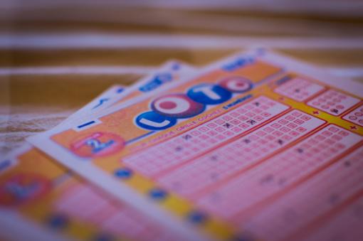 Nepilnamečiai nebegalės pirkti loterijos bilietų?