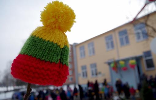 Vasario 16-oji linksmai ir išradingai: vėliavos spalvų šalikas apsivijo gandrą