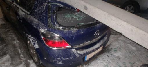 Kaune nuvirtęs stulpas apgadino kelis automobilius