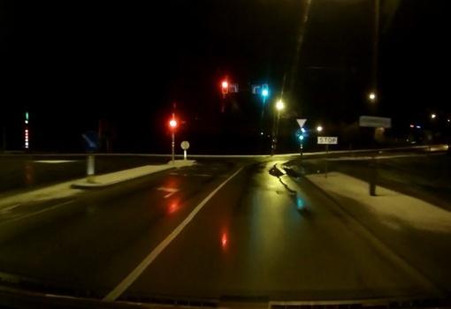 """Išmanieji šviesoforai """"rūpinasi"""" eismo saugumu naktiniame mieste (vaizdo medžiaga)"""
