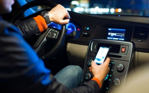 Sustiprinus mobiliojo ryšio priemonių naudojimo vairuojant kontrolę nubausti šimtai vairuotojų