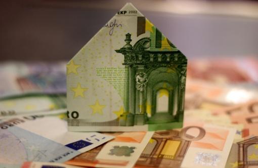 Bankų bus prašoma laikinai atidėti dalį įmokų už namų renovacijos paskolas