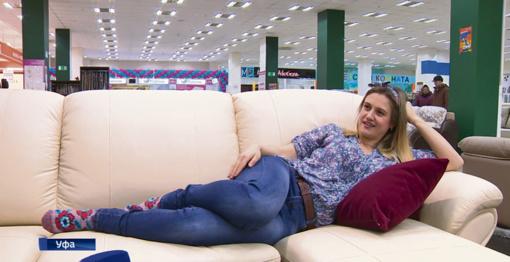 Moteris rado tinginių svajonių darbą– pinigus ji gauna už tai, kad sėdi ant sofos