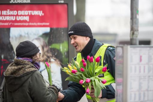 Klaipėdietės apdovanotos pareigūnų šypsenomis ir gėlėmis (FOTO)