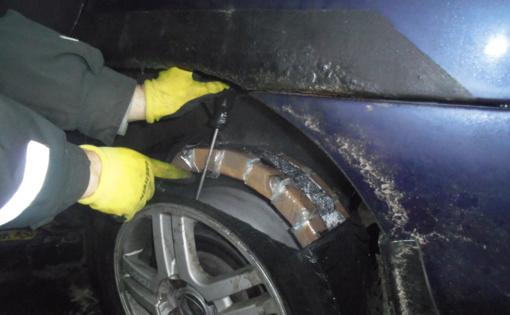 Muitininkai parodė, kiek kontrabandinių cigarečių pakelių telpa automobilio padangose