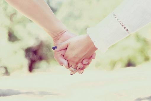 Laikymasis už rankų gali sumažinti skausmą