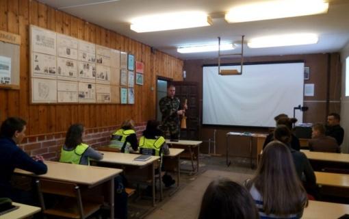 Kupiškyje jaunieji policijos rėmėjai laikė ginklo valdymo testą