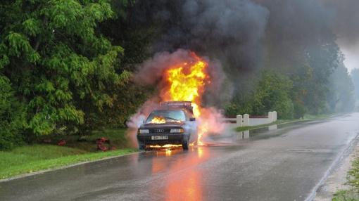 Prienų rajone rastas sudegęs automobilis