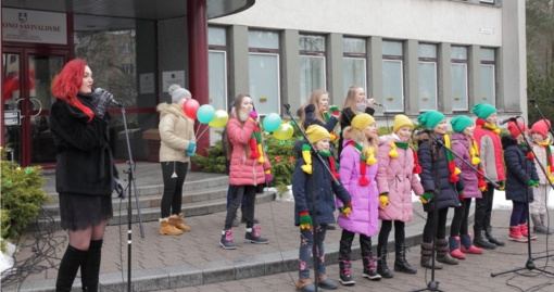 Kovo 11-osios minėjimas Birštone: pražydusios trispalvės gėlės ir eilėraščiai jaunųjų birštoniečių lūpomis