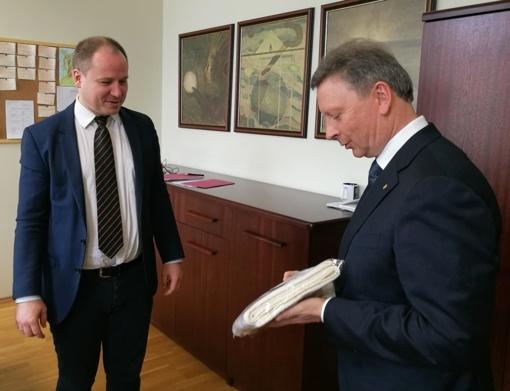 Plungės meras įteikė 100-ečio dovaną plungiškio Giedriaus Surplio gimusiam sūnui