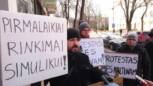 """Prieš """"Mes kaltinam"""" Vilniuje – repeticija Šiauliuose prie V. Simulik priimamojo (vaizdo reportažas)"""