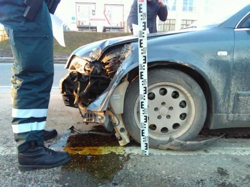 """""""Audi"""" vairuotojas Šiauliuose išvartė kelio ženklus (FOTO)"""