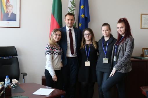 """Šiaulių miesto meras Artūras Visockas su jaunaisiais ,,Romuvos"""" gimnazijos žurnalistais – apie miestą, žmones ir tai, kas svarbiausia"""