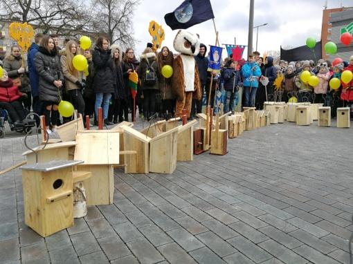 """Radviliškio diena: Spalvinga eisena, puikiai nusiteikęs jaunimas, akcija """"100 inkilų į Lietuvą sugrįžtantiems paukščiams"""""""
