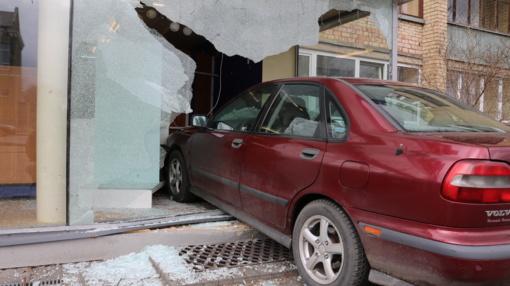 """""""Prisiparkavo"""": automobilis """"Volvo"""" įvažiavo į vitriną papildyta vaizdo medžiaga)"""