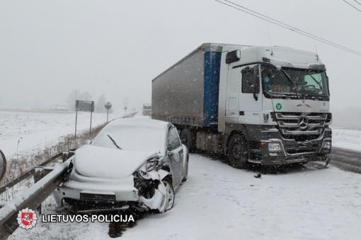 Magistralėje ties Puskelnių kaimu susidūrė trys automobiliai