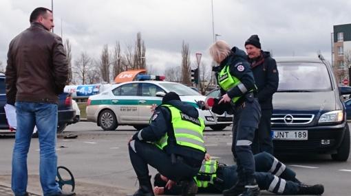 Nelaimių virtinė: po skaudžios avarijos nukentėjo dar ir pareigūnė (papildyta vaizdo medžiaga)