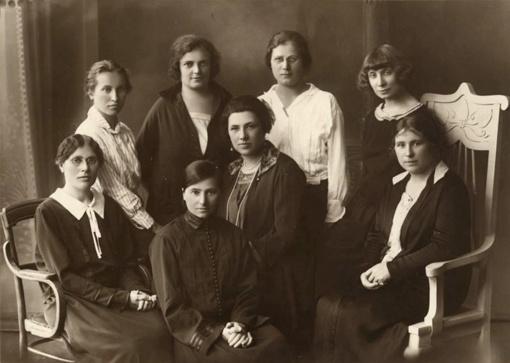 Jau prieš šimtą metų vienijosi dėl moterų apšvietimo