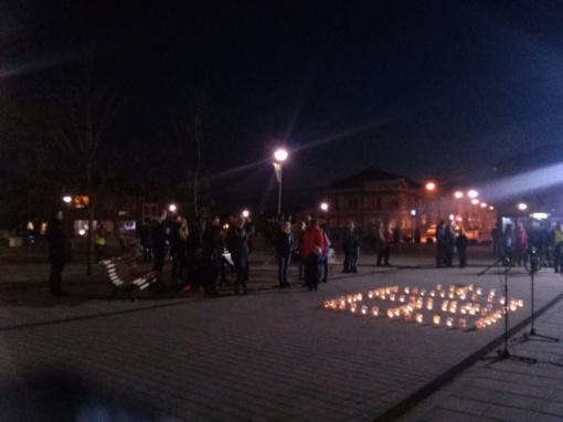 Plungėje Žemės diena paminėta žvakių šviesoje
