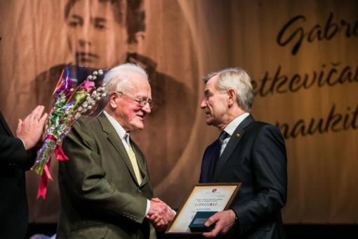"""Tarp 2018 m. Gabrielės Petkevičaitės-Bitės atminimo medalio """"Tarnaukite Lietuvai"""" – senovinės technikos muziejaus įkūrėjas Justinas Stonys"""