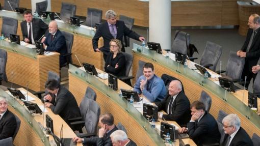 Posėdžius praleidusiam parlamentarui siūloma nemokėti algos už visą darbo dieną