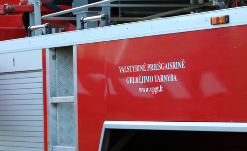 Kauno rajone susidūrė du automobiliai ir autobusas