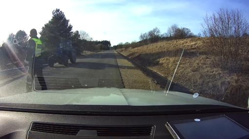 Saugokimės keliuose siautėjančių girtų traktorininkų (VIDEO)