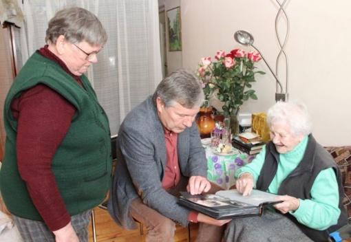 101 metų V. Adomavičienė įsijautusi skaito knygas ir nuolat bendrauja