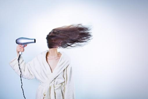 Slenkantys plaukai: kaip juos sustiprinti?