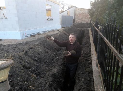 Buvęs pareigūnas išgelbėjo į statybų griovį įkritusius ežiukus
