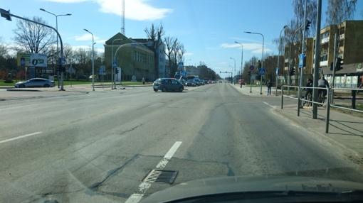 Tilžės gatvėje automobilis įsirėžė į kelio ženklą (vaizdo įrašas)