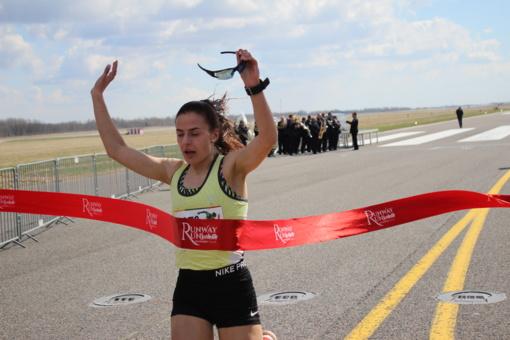 """Praskriejo """"Runway Run 2018"""": tūkstančiai bėgikų pasileido paskui naikintuvus (FOTO)"""