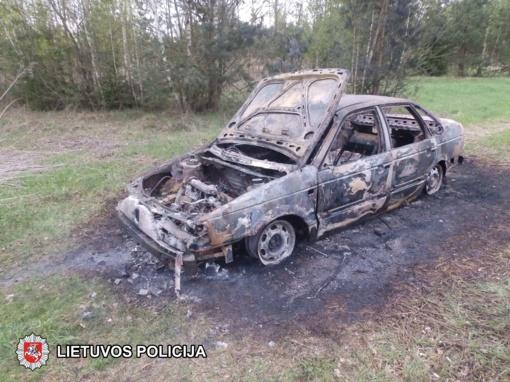 Bagotosios kaime vagys sudegino automobilį