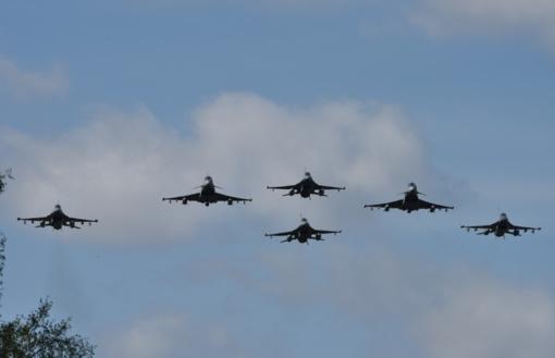 NATO oro policijos naikintuvai praėjusią savaitę kilo šešis kartus lydėti Rusijos karinių orlaivių