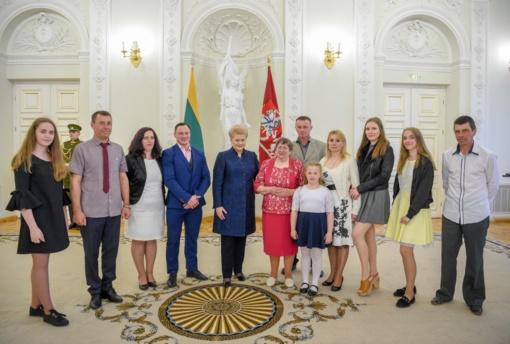 """8 vaikus išauginusiai kraštietei įteiktas ordinas """"Už nuopelnus Lietuvai"""""""