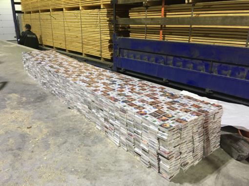 Šalčininkuose muitininkai tuščiavidurių baltarusiškų lentų krovinyje aptiko didžiulę cigarečių kontrabandą (nuotraukų galerija)