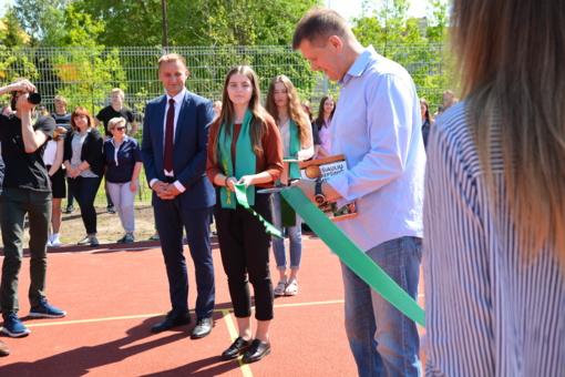 """""""Romuvos"""" gimnazijoje pagerbti jaunieji sportininkai  ir atidaryta nauja A.Sireikos vardo krepšinio aikštelė"""