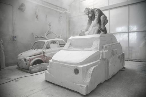 """Italų menininkas iš marmuro kala ... """"Fiat 500"""" automobilį"""